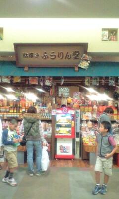 090429_1346~駄菓子屋の中も行列.jpg